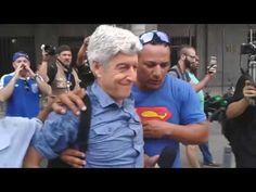 Jornalista Caco Barcellos é agredido durante manifestação de servidores - A que ponto nós chegamos, hein? Lamento! Até por que, do esgoto global, Caco é um dos poucos que não golpista. É o justo pagando pelo pecador.