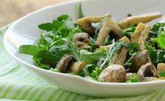 FHier finden Sie ein Rezept zur Zubereitung von Feldsalat mit frischen Champignons. Feldsalat lässt sich zwar gut gekühlt im Gemüsefach des Kühlschranks oder feucht in Plastikbeuteln aufbewahren, aber aufgrund seines schnellen Vitalstoffverlustes sollte man ihn möglichst erntefrisch verzehren.