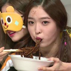 i'm so hungry when i see eunjin eating  and she's really cute  - #eunjin #dia #twice #eat #apink #gfriend #aoa #ioi #sistar #instagram #aegyo #mukbang #snsd