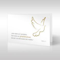 """Tauben sind ein klassisches christliches Symbol, das für Frieden und Vergebung steht. Das Motiv der Trauerkarte der Linie """"Bibelverse"""" stellt eine eigens gezeichnete goldene Friedenstaube dar. Neben der Taube liest man den Bibelvers aus dem Buch Hiob 1,21 """"der Herr hat gegeben, der Herr hat genommen; gelobt sei der Name des Herrn"""". https://www.design-trauerkarten.de/produkt/friedenstaube/"""