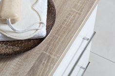 Het brede meubel biedt opbergruimte én onder de waskom is er ruimte om te zitten.