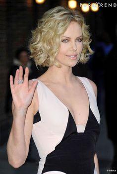O cabelo curto e ondulado rejuveneceu a atriz