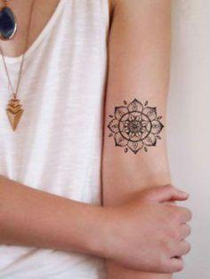 Tatouage mandala au milieu du bras