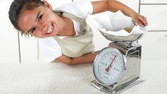 Hvor mye veier en desiliter mel eller ei spiseskje sukker? Her finner du vekt og mål på en del matvarer som du ofte bruker i kjøkkenet. Skal du for eksempel bake og mangler kjøkkenvekt, så kan du finne ut hvor mye de ulike ingrediensene veier i denne tabellen.