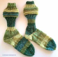 """Diese Damensockensind aus dem Garn Lana Grossa Meilenweit Sunday* (Farbe: 8407) gestrickt. Der Schaft besteht aus doppelten Rippen, unterbrochen vom sogenannten """"Wurmmuster"""". Anschließend wird der Fuß glatt rechts weiter gestrickt. Die Ferse ist eine Bumerangferse.Ich habe absichtlich den wunderschönen Farbverlauf so verstrickt, wie er kam, so dass die Socken unterschiedlich aussehen.  ..."""