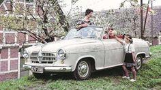 Im Cabrio genießt Sylvia das Frühlingswetter