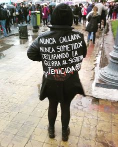 27 carteles de marchas feministas que tienen toda la razón del mundo Protest Posters, Protest Art, Feminist Men, Feminist Quotes, Warriors Jacket, Suffragette, Power Girl, Powerful Women, Equality
