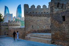 La capital de Azerbaiyán es una desconocida, fue declarada Patrimonio de la Humanidad por la Unesco gracias a su muralla y a la conservación de sus edificios que forman un complejo laberinto de callejuelas estrechas #turismoeuropeo