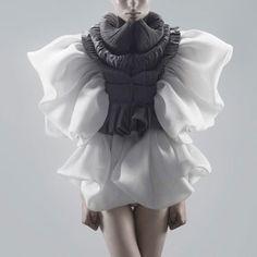 Capitol Couture — Yiqing Yin Bunching and ruffles and ruching. 3d Fashion, Fashion Details, High Fashion, Fashion Show, Womens Fashion, Fashion Design, Fashion Dresses, Vogue Fashion, Capitol Couture