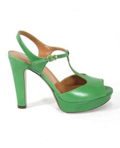 Sandalo peep toe in pelle. Allacciatura alla caviglia e suola in cuoio. Platform alta 2 cm e tacco 11 cm.