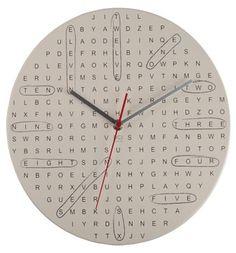 Kelime bulmaca şeklindeki özel bulmaca saat  Kendimizi saatlerce kaptırdığımız kelime bulmacalar artık saat oldu. Ama merak etmeyin saatin kaçı gösterdiğini bulmak için zaman kaybetmeyeceksiniz, biz sizin yerinize bulup gönderiyoruz. Özellikle bulmaca müptelalarının çok hoşuna gidecek bu duvar saati ile bulmacalar hayatınızın ayrılmaz bir parçası olacak!