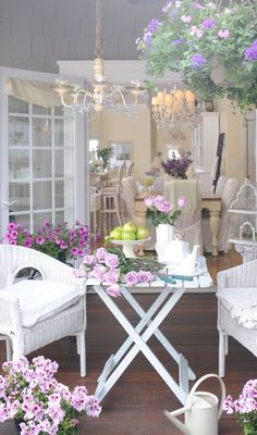 The fabulous shabby chic – vintage chic – Self Home Decor Shabby Chic Veranda, Casas Shabby Chic, Shabby Chic Mode, Shabby Chic Porch, Shabby Chic Cottage, Vintage Shabby Chic, Shabby Chic Style, Shabby Chic Decor, Cottage Style