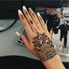 tattoo ideen für moderne frauen temporäres tattoo henna kombiniert mit tollem nageldesign mit steinen