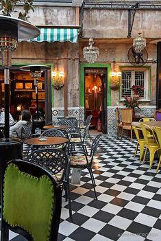 Μαγαζιά με αυλή: 7 υπέροχα μαγαζάκια της Αθήνας με κήπο και αυλή My Athens, Greece, Beautiful Places, Patio, Flooring, Outdoor Decor, Travelling, Restaurants, Outdoors