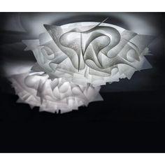 Plafonnier Veli – Couture – Ø53 cm – Slamp  D'un diamètre de 53 cm, le plafonnier Veli apportera à votre décoration intérieure du glamour et du luxe. Sa finition couture la positionne d'autant plus dans le design contemporain, en imitant la texture des tissus modernes. Son diffuseur est parcouru de courbes sinueuses qui créeront une fois que le plafonnier Veli est allumé, un joli jeu de lumière.