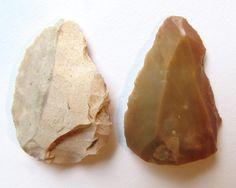 """two convergent triangular """"points"""" (3 and 3,2 cm long) from the Early Upper Paleolithic of Israel ( Carmel area) with basal thinning (Emireh points)"""