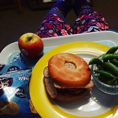 Cycle 2 Training Day and I still have this lot to munch my way through! Two snacks and my final meal, a chicken sausage bagel with red pepper, red onion, sweet chilli sauce with a side of sugar snap peas. I won't be able to move afterwards.... @thebodycoach #thebodycoach #leanin15 #90daysssplan #90daysssplancycletwo #cycle2 #90daysssplancycle2 #fitness #fitfam #irishfitfam #trainingday #heckchickensausages #bagel #dinner #joewicks #joewicksbodycoach #joewicksthebodycoach