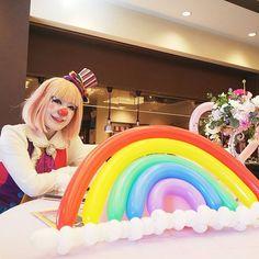 """クラウンカノン canon on Instagram: """"ブライダルフェアでした🥰 虹🌈 💕🎶 かわいいメイン卓…ソファ? 最近は新郎新婦のお二人がソファに座るのも流行ってるよね✨✨ かわいいし、距離も近いし、ドレスも見えるし、良きと思います😊 かわいいお花とフォトスポットだらけ! そしてミシュラン!!🍖✨ #クラウンカノン…"""" Female Clown, Send In The Clowns, Fun Stuff, Instagram"""