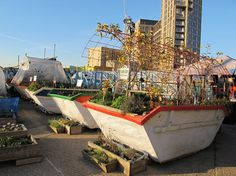 The Skip Garden in Kings Cross is a mobile allotment, built by a variety of local partners as an example of urban organic agriculture. Tom Stuart Smith, Allotment Gardening, Allotment Ideas, Container Gardening, Oasis, Pocket Park, Hidden Garden, London Garden, Upcycle