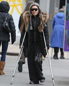 マドンナ、ハイヒールで激しく踊ったため松葉づえ生活に :: Madonna Glam