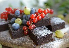 Jeg ELSKER brownie. Jeg har derfor vegret meg mot å lage en sunn versjon, da jeg mener man bare får balanse i livet av å spise et kakestykke av og til. MEN Siden jeg er så glad i Brownie og gjerne skulle ha spist det enda oftere, bestemte jeg meg for å prøve meg frem … Healthy Desserts, Healthy Recipes, Healthy Food, Healthy Living, Deserts, Food And Drink, Snacks, Muffins, Brownies