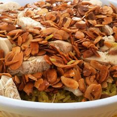 Arroz Sírio  É um prato super simples que envolve arroz, frango desfiado e amêndoas, porém com toques de condimentos especiais