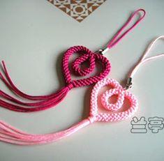 How to make a scoubidou heart valentine Macrame Knots, Macrame Jewelry, Macrame Bracelets, Paracord Bracelets, Micro Macramé, Jewelry Crafts, Handmade Jewelry, Macrame Projects, Macrame Patterns