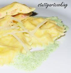 Ravioli mit einer Räucherlachs-Ricotta-Füllung an einer Kresse-Schaumsauce