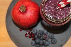Roter Power-Smoothie mit Granatapfel. Die Tage werden wieder länger. Die Sonne lacht mehrere Stunden am...