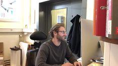 Leo Müller Geschäftspartner von Norbert Lohrer beim Entwickeln und Planen, basierend auf der Beziehung von Fachmann zum Kunde, persönlich zugeschnitten.  Massanfertigung- keine industrielle Massenabfertigung. #schreinereilohrer #massanfertigung #massivholzmöbel #handwerk #raumgestalter #holzwerkstattbäretswil #hochkarätigemöbelkreationen