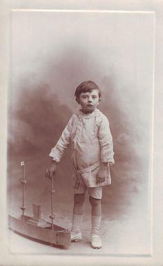 Nen amb vaixell de joguina. ca. 1900. Autor desconegut . MMB (Col. M. Mayolas) Author