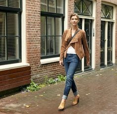 As summer turns to autumn, it's time to shake up your look. On warm early autumn days, layering is the best thing you can do to make the most of the weather. Combine a pair of jeans, simple white t-shirt and a heeled sandals for a summery feel to your work outfit. The lightweight gold-brown jacket adds the perfect seasonal touch.