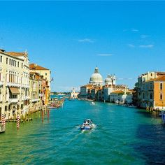 Venetië, Italië. Een ware toeristen trekpleister maar niet geheel onterecht, want dit is een prachtige stad om in rond te lopen of varen.  https://www.hotelkamerveiling.nl/hotels/italie/hotel-venetie.html