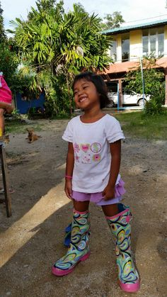 Boots kidnapped by gorgeous little friend at homelife Orphanage near Khaolak. (homelifethailand.com)