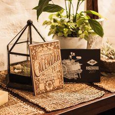 Comment elle est contente la fille d'avoir reçu son tout nouveau calendrier letterpress 2017 de Mr Cup - Fabien Barral. Il est magnifique, la couverture en bois en édition limitée est superbe ! Vraiment bravo aux créateurs et designers!Vraiment pas déçue ;) C'est devenue mon rituel depuis 2014 d'avoir ma petite carte du mois avec