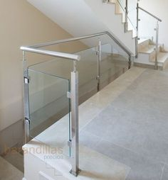 Glass railing in shape of square and handrail Steel Railing Design, Staircase Railing Design, House Staircase, Balcony Glass Design, Glass Balcony, Tile Stairs, Glass Stairs, Stainless Steel Staircase, Glass Railing System