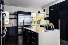cuisine noire avec îlot central au plan de travail blanc