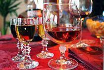 Nalewka z suszonych śliwek - domowy koniak Alcoholic Drinks, Cocktails, Irish Cream, Red Wine, Food To Make, Vogue, Glass, Recipes, Craft Cocktails