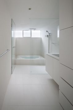 A Flawless White Bathroom Design With Marble Flooring And Glass Showering Room With Fancy Showering Taps The small size of minimalist house located on two levels Home design Bathroom Layout, Bathroom Interior, Modern Bathroom, Design Bathroom, White Minimalist Bathrooms, Modern Minimalist, Interior Minimalista, Dream Bathrooms, White Bathrooms