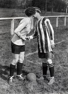 Women's football. The team captains greet each other with a kiss. England, Preston, (Fotball probably doesn't count as dance by most definitions of the term - but this is just too awesome to pass by. Couples Vintage, Vintage Lesbian, Vintage Girls, Vintage Photographs, Vintage Photos, Bon Sport, Au Hasard Balthazar, Vintage Friends, Photo Couple
