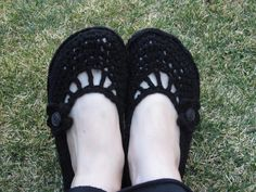 You could use the flip flop soles as soles on any kind of knit or crochet slipper, shoe or boot. A Crafty Cook: Flip Flop → Crocheted Flat Tutorial Crochet Flip Flops, Crochet Flats, Crochet Slippers, Knit Or Crochet, Flip Flop Slippers, Flip Flop Shoes, Tongs Crochet, Socks And Sandals, Slipper Socks