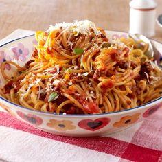 Die langen Nudeln mit würziger Hack-Tomaten-Soße liebt einfach jeder: Wir zeigen Schritt für Schritt, wie Sie den Pasta-Klassiker Spaghetti bolognese selber machen.