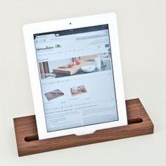 Unser iPad-Ständer aus Nussbaum hält Dein iPad hochkant oder quer. So hast Du den perfekten Sichtwinkel um Filme zu sehen, mit Freunden zu skypen oder einfach in Urlaubsfotos zu blättern. Für die perfekte Handhaltung zum Tippen von Nachrichten und Notizen wird der Tablet-PC an die Kante des Ständers angelehnt. Damit es dabei auch auf glatten Oberflächen nicht wegrutscht, sind an der Holzunterseite Gumminoppen angebracht. Du verwendest ein Smart Cover