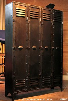 http://www.conseil-architecture.com  Beau modèle de vestiaire quatre portes vers 1920, entièrement riveté, poignées coquille, joli détail de piètement, métal brut, coloris graphite.
