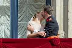 Prince Guillaume of Luxembourg and Belgian Countess Stephanie de Lannoy share a kiss on the balcony after their religious wedding ceremony. Luxembourg, 20 Oct 12.