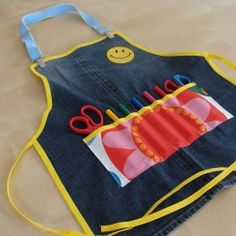 Learn how to make a kid's craft apron out of an old pair of jeans! (in Greek.add translator to your browser) Jean Crafts, Denim Crafts, Sewing Projects For Kids, Sewing For Kids, Kids Apron, Aprons For Kids, Toddler Apron, Jean Apron, Art Smock