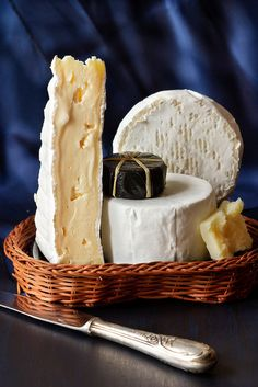 Assortment of cheese in a wicker basket. Fromage Cheese, Queso Cheese, Cheese Bread, Wine Cheese, Cheese Shop, Cheese Lover, Antipasto, Kinds Of Cheese, Artisan Cheese