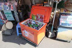 При каждом киоске стоит пенопластовый или пластиковый оранжевый холодильник, где вольду плавают прохладительные напитки отколы досока изкактуса.