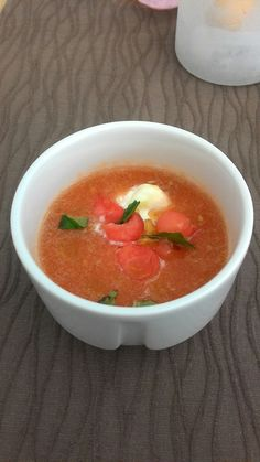 Svěží tomatova polévka s melounem a slanym sýrem