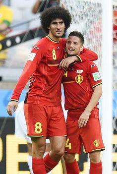 アルジェリアに逆転勝ちし抱き合って喜ぶ、ともにゴールを決めたベルギーのフェライニ(左)とメルテンス(共同)Marouane Fellaini-Bakkioui,Dries Mertens